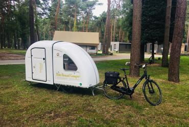 Bike Nomad Camper fietst zomer in